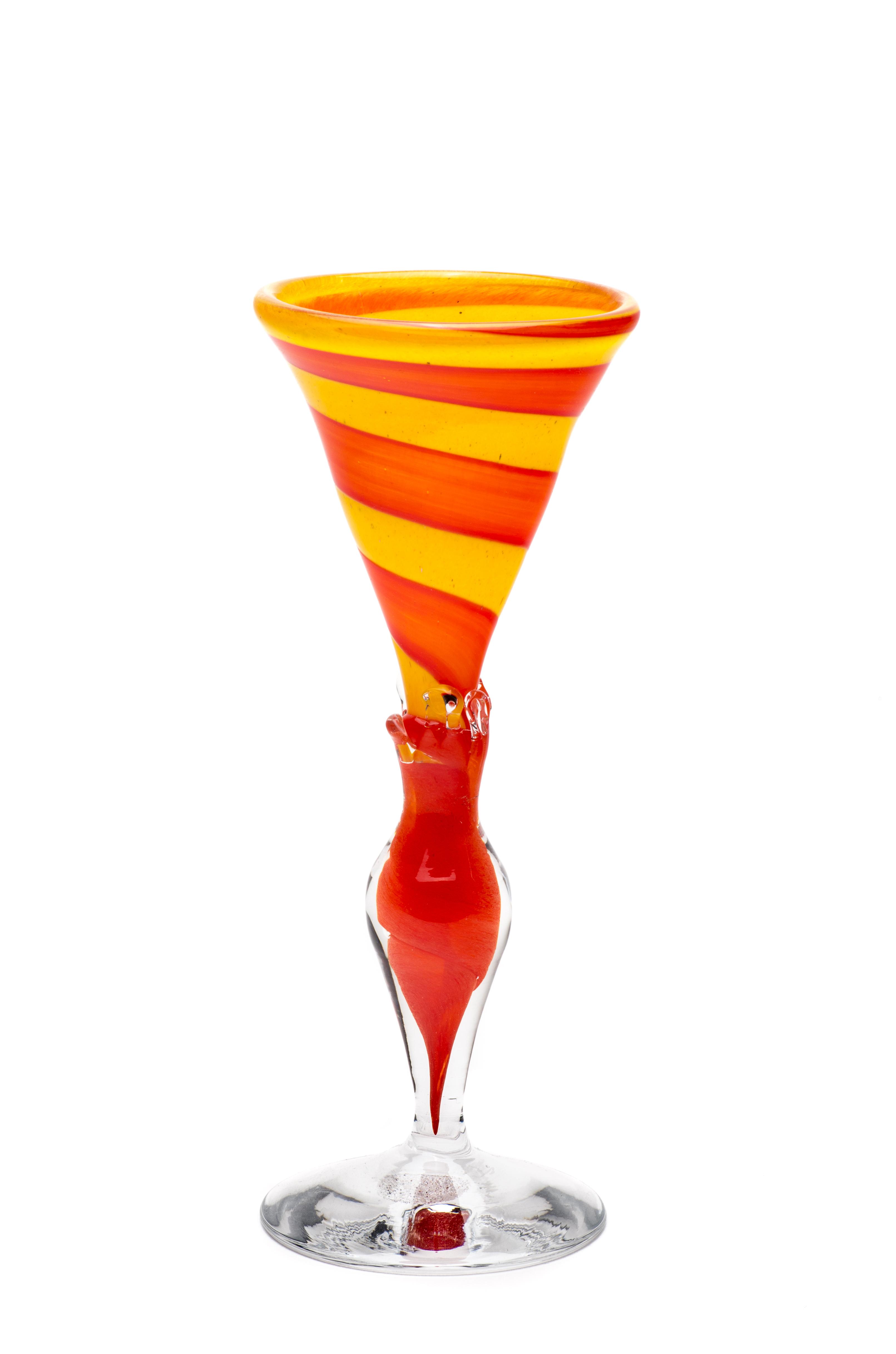 gul med rød spiral og stett